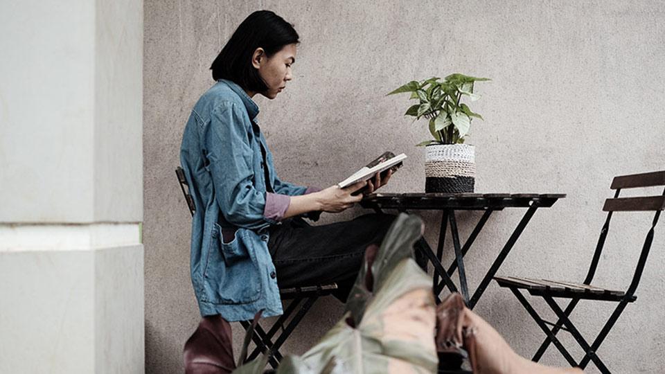 wanita sedang membaca buku